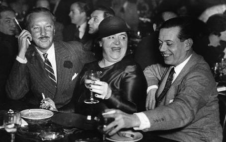 De izquierda a derecha: William Rhinelander Stewart, Elsa Maxwell y Cole Porter, en 1934