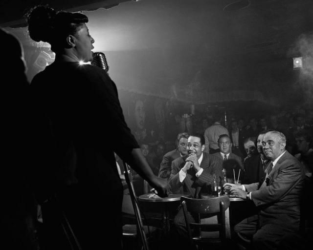 Ella Fitzgerald, Duke Ellington y Benny Goodman en Nueva York (1948), por Herman Leonard.