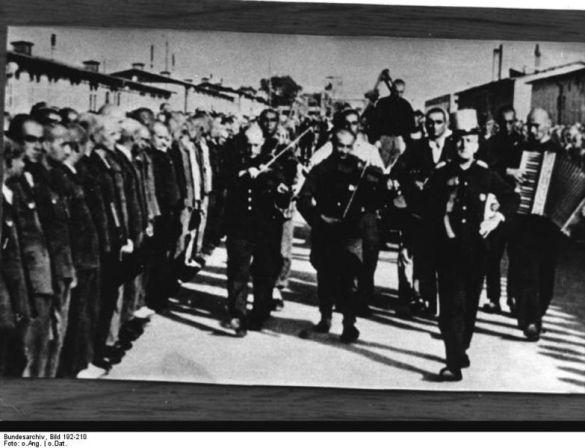 """Bonarewitz es paseado por el campo antes de su ejecución mientras la orquesta de prisioneros interpreta """"J'attendrai"""" / Mauthausen Memorial (archivo fotográfico)."""