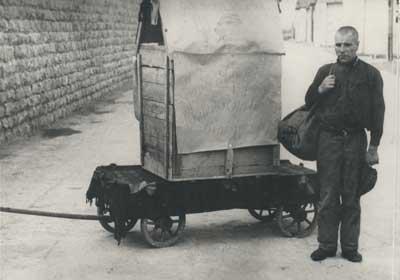 Hans Bonarewitz junto a la caja de madera en que escapó en los momentos previos a ser ejecutado / Mauthausen Memorial (archivo fotográfico).