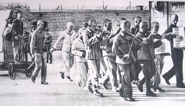 La orquesta de prisioneros acompaña a Bonarewitz al cadalso.