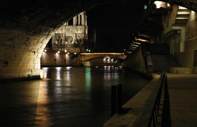 Vue_de_la_cathédrale_Notre-Dame_de_Paris_sous_le_pont_Saint-Michel
