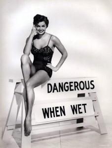 """Esther Williams. Fotografía publicitaria de la película """"Mojada y peligrosa"""" (1953)"""