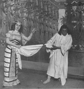 """Julia Fons y el tenor González interpretando a Lota y El Casto José en una imagen del estreno de """"La Corte de Faraón"""""""