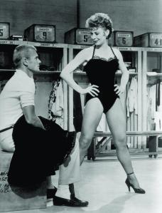 Gwen Verdon y Tab Hunter en un fotograma de la película