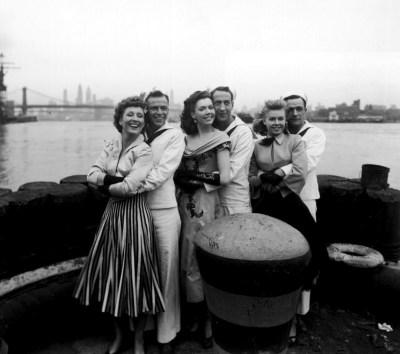 """Betty Garrett, Frank Sinatra, Ann Miller, Jules Munshin, Gene Kelly y Vera-Ellen durante el rodaje de """"Un día en Nueva York"""""""