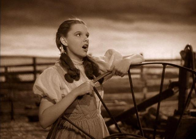 "Fotograma de ""El mago de Oz"": Judy Garland interpretando ""Over the Rainbow"""