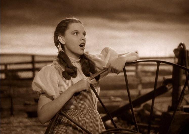 """Fotograma de """"El mago de Oz"""": Judy Garland interpretando """"Over the Rainbow"""""""