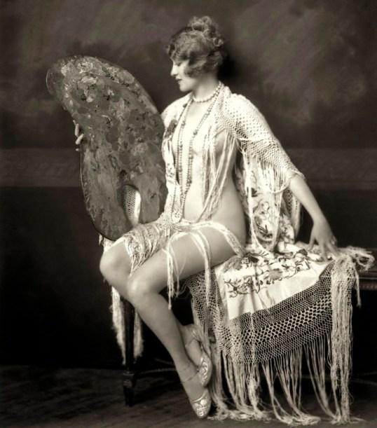 """Ruth Etting en una de las fotografías que tomó Alfred Cheney Johnston de las """"chicas Ziegfeld"""" (1928)."""