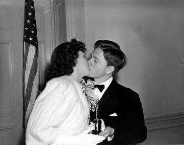 Judy Garland entrega a Rooney el Oscar Mejor actor juvenil (1940)