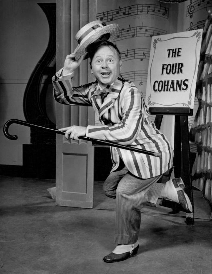 """Mickey Rooney como George M. Cohan en un programa especial de televisión tributo a este actor (""""Mr. Broadway"""", 1957)"""