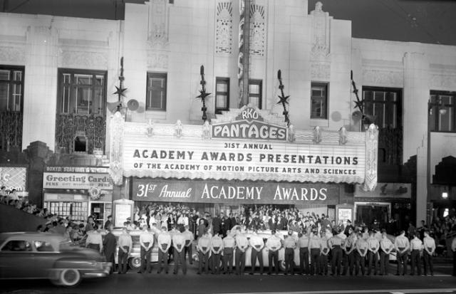 Gente ante el Pantages Theatre (Hollywood) en la 31 ceremonia de los Oscar (1959)