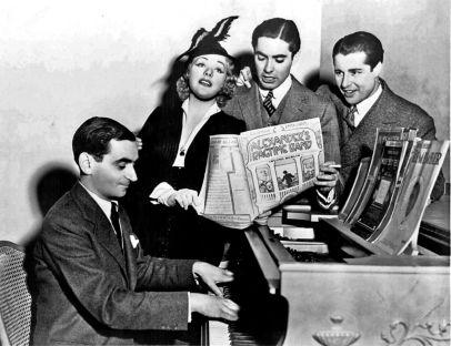 Irving Berlin con Alice Faye, Tyrone Power y Don Ameche cantando a coro Alexander's Ragtime Band durante el rodaje de la película homónima de 1938.