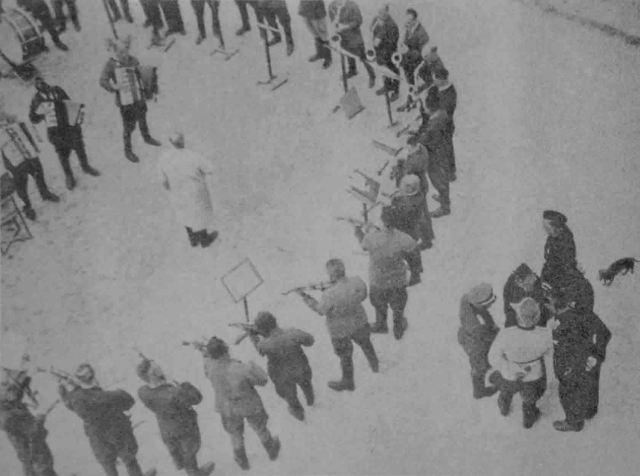 """Fotografía, probablemente realizada en el campo de concentración Janowska por las SS, del ensayo de una orquesta de prisioneros. Publicada en el libro de Renzo Vespigniani """"Faschismus"""" (1976)."""
