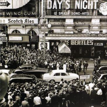 """El London Pavilion el día del estreno de """"¡Qué noche la de aquel día!"""" (6 de julio de 1964)."""