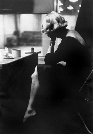 Marlene Dietrich en un descanso durante una de las sesiones de grabación en los estudios de Columbia Records (Nueva York 1952). Fotografía de Eve Arnold©.