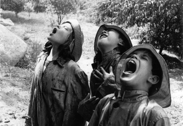 """Children Singing in the Rain"" (1971), fotografía de Barbara Morgan."