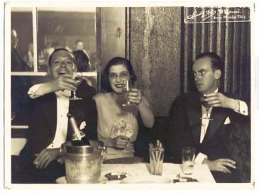 Cole Porter (izquierda) y su esposa, Linda Lee Thomas, en París tras contraer matrimonio en diciembre de 1919.