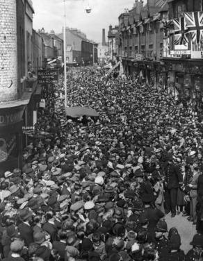 Miles de personas agolpadas en Lambeth para ver a Lupino Lane bailando el Lambeth Walk (1937) / Getty Images