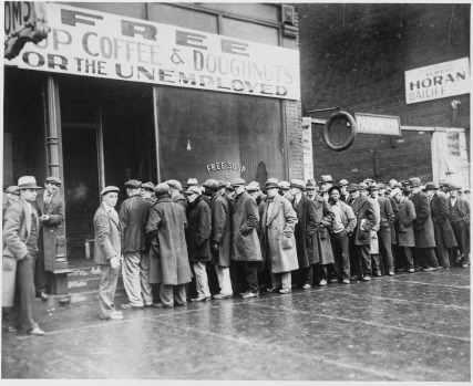 Desempleados en Chicago haciendo cola frente a un comedor social abierto por Al Capone (1931). Colección Nara.