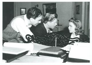 """Busby Berkeley, Mickey Rooney y Judy Garland durante el rodaje de """"Babes in Arms""""."""