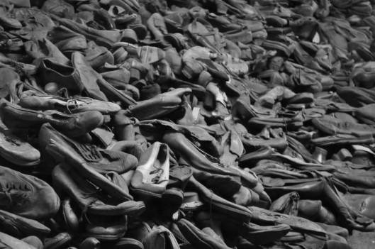 Decenas de miles de zapatos de las personas que murieron en el campo de concentración de Auschwitz. Fotografía Auschwitz Museum.