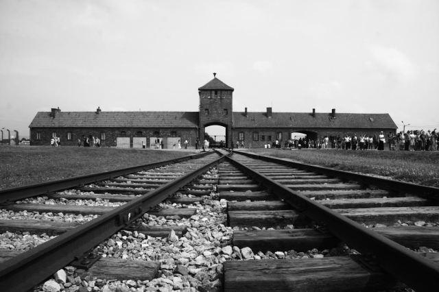 Entrada principal de Auschwitz-Birkenau vista desde el interior. Fotografía de Nelo Cerdà (2014)
