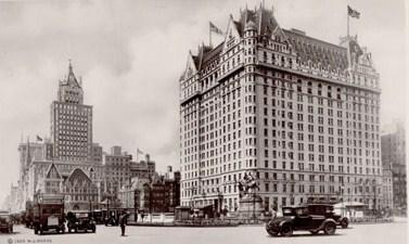 El edificio Heckscher (esquina de la Quinta Avenida y la calle 57), primera sede del MoMA. A la derecha el hotel Plaza.