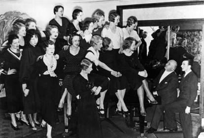 Nelson con las coristas de sus revistas musicales en 1925.