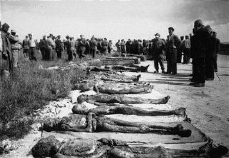 Civiles de Dachau en una de sus visitas obligadas al campo.