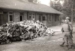 Soldados norteamericanos junto a una de tantas pilas de cadáveres que encontraron.
