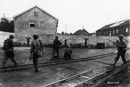 Fotografía que muestra supuestamente la ejecución de las tropas de las SS en un depósito de carbón en la zona del campo de concentración de Dachau durante su liberación. / US Army