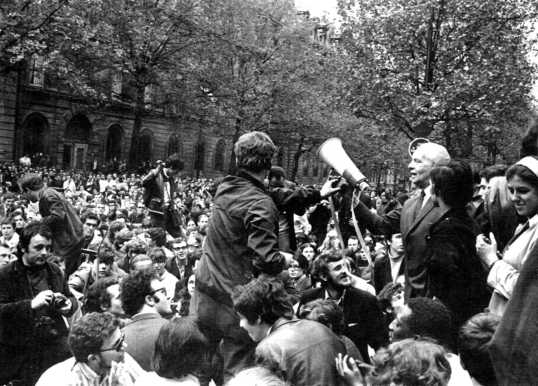 Louis Aragon pasa el megáfono a Daniel Cohn-Bendit. Boulevard Saint-Michell, 9 de mayo.
