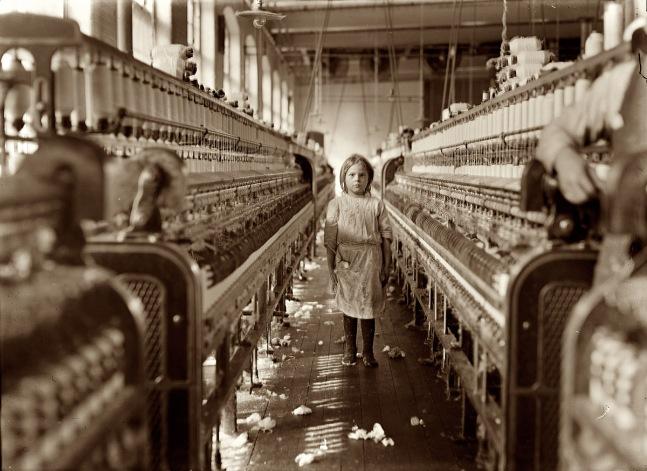 Niña en una fábrica textil de Lincolnton (Estados Unidos) en 1908. Fotografía de Lewis Hine.