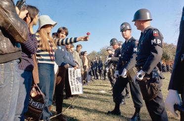Protesta contra la guerra del Vietnam en el cementerio de Arlington (Virginia), 1967.