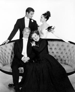 """Louis Jourdan, Leslie Caron, Maurice Chevalier y Hermione Gingold durante el rodaje de """"Gigi"""""""