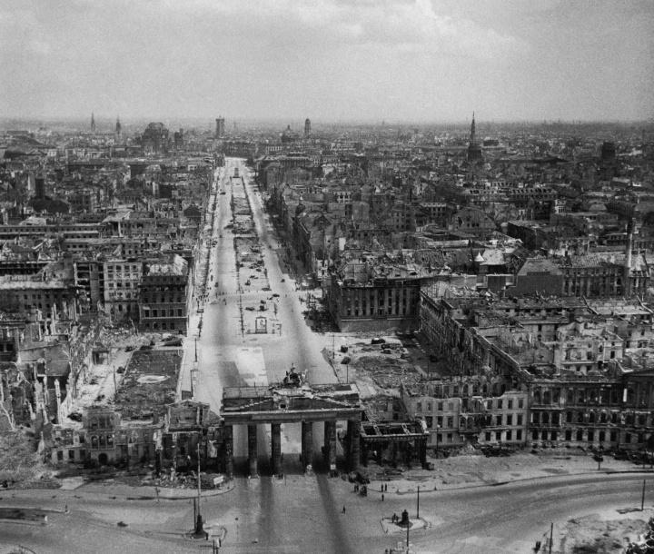 Berlín tras la capitulación. En primer término la Puerta de Brandeburgo, tras ella el bulevar Unter der Linden.