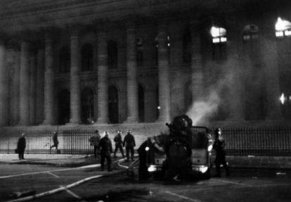Los bomberos intentan apagar el incendio de la Bolsa de París.