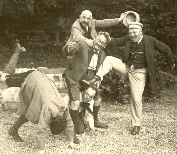 Leo Fall (derecha) con sus hermanos Ernst (izquierda, cabeza abajo), Siegfried y Richard, y su padre, Moritz Fall (a hombros de Richard).