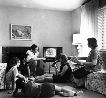 Familia blanca estadounidense de clase media frente al televisor (1958).