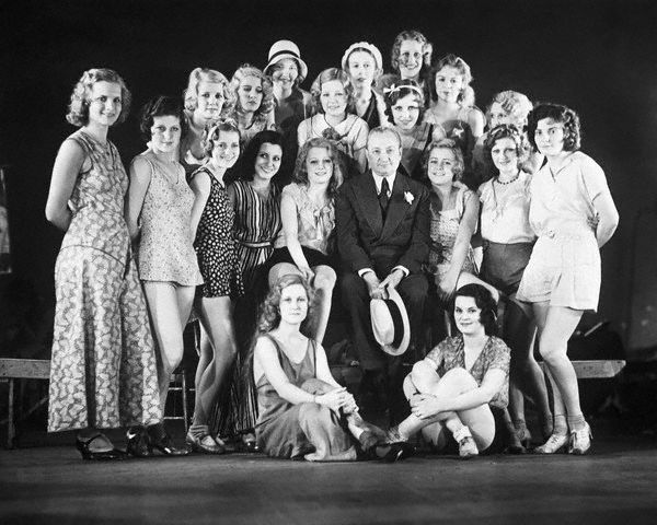 """Florenz Ziegfeld con algunas de las """"Follies Girls"""" en 1931."""