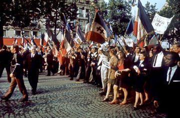 Militantes gaullistas se manifiestan el 30 de mayo en la avenida de los Campos Elíseos.