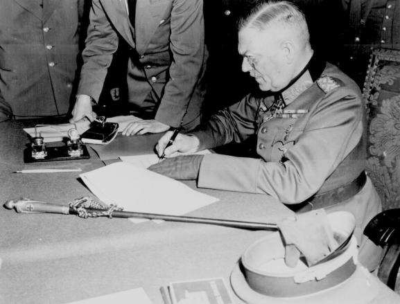 El mariscal Keitel firma la capitulación alemana en Karlshorst (8 de mayo de 1945).