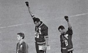 Atletas negros levantando el puño durante los Juegos Olímpicos de 1968.