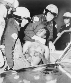La policía reduce a un hombre durante una protesta contra la segregación racial (Los Ángeles, 1965).