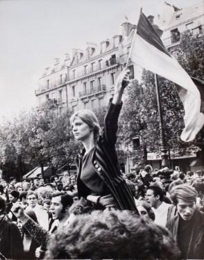 """Manifestación del 13 de mayo. """"La jeune femme au drapeau"""". Fotografía de Jean-Pierre Rey©"""