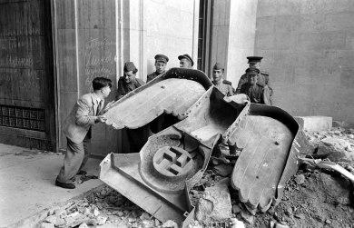 Soldados rusos con la gigantesca águila de bronce nazi que figuraba sobre la puerta principal de la Cancillería del Reich.
