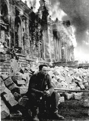 Soldado alemán frente a las ruinas del Reichstag, aún en llamas. / Getty Images