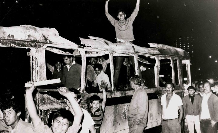 Estudiantes sobre un autobús quemado el 28 de julio. Archivo Marcel•lí Perelló.