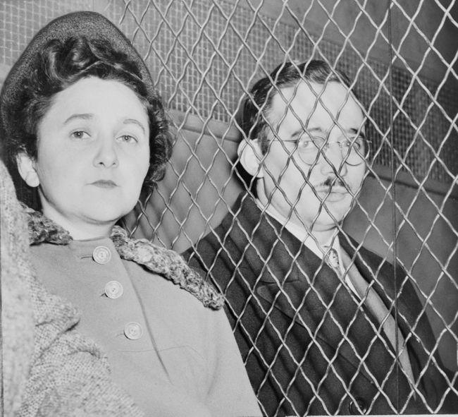 Ethel y Julius Rosenberg separados por una red de alambre tras ser declarados culpables. / Roger Higgins©